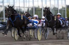 På Jarlsberg 10. mai i fjor forsvarte 1 I'm The Answer teten for Lars Anvar Kolle og satt der helt til mål med 2 Winmecredit/Frode Hamre i rygg (foto: hesteguiden.com)