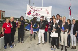 Kretsen rundt Support Justice etter Derbyseieren (foto: hesteguiden.com)
