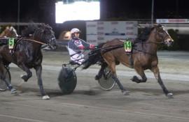 Vestpol Dronninga og Eirik Høitomt rundet til seier fra dobbelt tillegg på Bjerke  8. april – i kveld ligger det an til tidlig tet og ny seier (alle foto: hesteguiden.com)