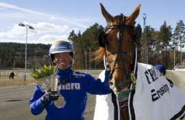 Björn Goop kan smile etter at Wine And Dine har tatt seg av stayerløpet på Klosterskogen lørdag (foto: hesteguiden.com)