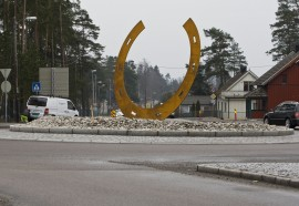 Velkommen til Momarken Travbane – denne hesteskoen pynter opp i rundkjøringen kloss ved banen (foto: hesteguiden.com)