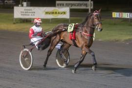 Goneinaflash og Charlotte Tuverud vant enkelt fra dødens på Drammen – ny seier i vente i V76-2 i kveld (begge foto: hesteguiden.com)