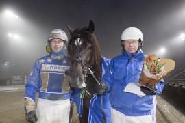 Starter året på beste vis for Ness Tjo Stjerna – her flankert av kusk Tom Erik Solberg og trener John Ragnvald Ness etter seieren på Bjerke før jul  (fotos: hesteguiden.com)