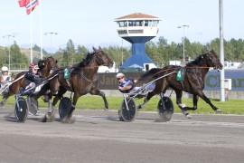 Slik så det ut da Greyhound d'Estino holdt unna på 11 blank på Jarlsberg i sommer – Pål Buer må trolig ikke jobbe like mye for å vinne V76-5 i kveld (foto: hesteguiden.com)