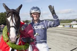 Øystein Tjomsland viser frem fire fingre etter at hans øyensten Tekno Odin tok sin fjerde strake NM-tittel på hjemmebane i sommer – mer jubel i dag? (foto: hesteguiden.com)