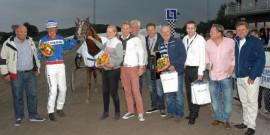 Topphesten Alfas Da Vinci og hans dyktige trener Joakim Lövgren blir storfavoritt i V64-1 når Halmstad frister med jackpot mandag kveld (foto: halmstadtravet.com)