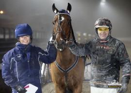 Etter sin kanonprestasjon i siste start blir Heidi Moen-trente Bråtnesfaks storfavoritter sammen med GV Gundersen i V76-6 på Bjerke onsdag (foto: hesteguiden.com)