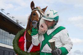 G. Jerken får et kyss av Ole Gaute Gudmestad etter å ha vunnet Kongepokalen  – onsdag kommer de tilbake til hovedstaden for å hjemføre 4-års Stjernen i V76-7 (foto: hesteguiden.com)