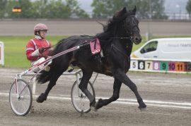 Månprinsen A.M. og Gunnar Melander kommer fra fin seier i Alm Svartens æresløp – i dag skal Bork Rigel æres i V75-4 (alle foto: hesteguiden.com)