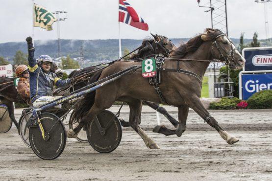 Så glad ble Kristian Malmin da stallhesten Bork Odina vant V75-finalen – tukter hun hingstene i V76-7 også? (foto: hesteguiden.com)