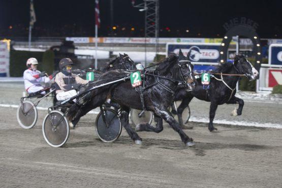Som 90-oddser spurtet Bravo Turbo og Trond Lindbak inn til en av tidenes overraskelser i V75-spillet for to uker siden. Blir det en ny opptur for 14-åringen i V76-finalen onsdag? (foto: hesteguiden.com)