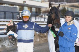 Frode Hamre sendte Humble Hill inn til sterk V75-seier sist og onsdag jakter 5-åringen sin tredje strake Bjerketriumf – det vil nok oppasser Åshild Jakobsen sette pris på (foto: hesteguiden.com)